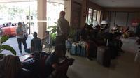 Rombongan tim PSCS berkemas untuk pulang kembali ke Cilacap, Sabtu (14/3/2020), karena laga melawan Persis ditinda akibat Kota Solo berstatus KLB virus Corona. (Bola.com/Gatot Susetyo)