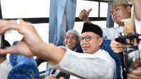 Ketika calon haji meminta foto bareng Menteri Agama Lukman Hakim Saifuddin di bus salawat. (MCH Indonesia)