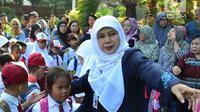 Seorang guru mengarahkan murid baru di hari pertama masuk sekolah di sekolah SDN 03, Pesanggrahan, Jakarta Selatan, Senin (16/7). Hari ini merupakan hari pertama masuk sekolah untuk tahun ajaran 2018-2019. (Merdeka.com/Arie Basuki)