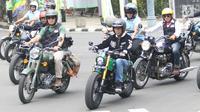 Presiden Joko Widodo (kiri) mengendarai motor Kawasaki W175 miliknya mengelilingi Kota Bandung, Minggu (11/10). Presiden Jokowi ditemani Gubernur Jawa Barat Ridwan Kamil dan pengendara sepeda motor dari berbagai komunitas. (Liputan6.com/Angga Yuniar)