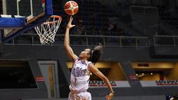 Pemain CLS Knight, Sandy Febiansyah #9 melakukan tembakan saat melawan Satya Wacana pada perempat final Playoffs Indonesia  Basket League (IBL) di Britama Arena, Jakarta, Selasa (17/5/2016). (Bola.com/Nicklas Hanoatubun)