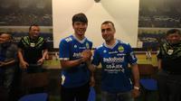 Arthur Gevorkyan (kanan) saat diperkenalkan oleh manajemen Persib Bandung, Kamis (18/4/2019). (Bola.com/Erwin Snaz)