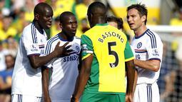 Ramires bersitegang dengan Sebastien Bassong pada pertandingan sepak bola Liga Premier Inggris antara Norwch City vs Chelsea di Carrow Road, di Norwich (06/10/13). (AFP/Ian Kington)