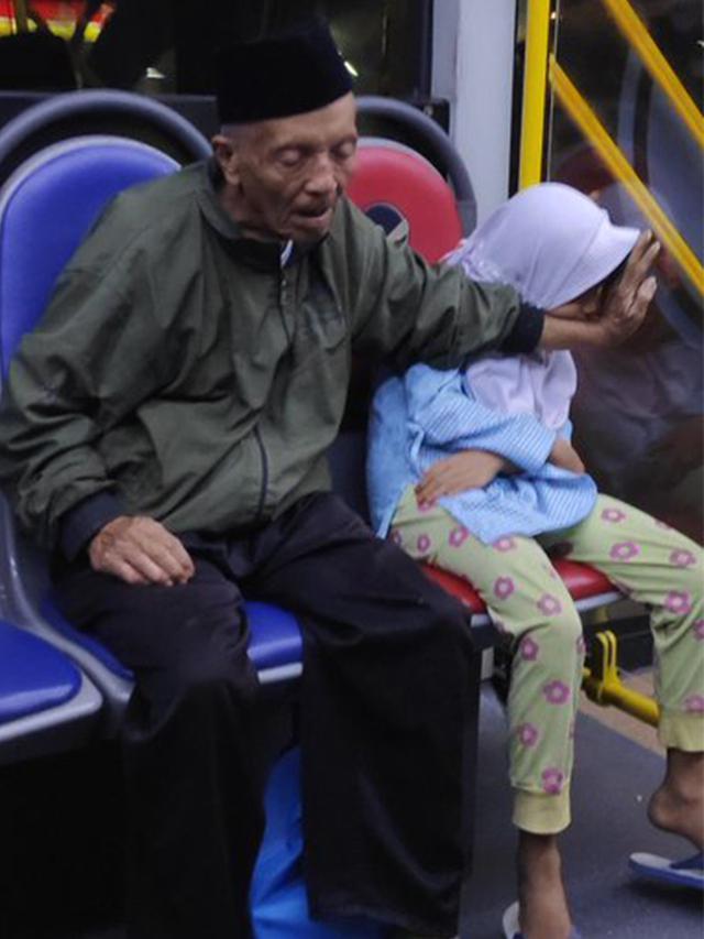 Momen Kakek Lindungi Cucunya yang Tertidur di Transjakarta