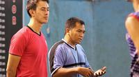 Pelatih Aneka Gas, Joni Sugiyatno (kiri) dan Muhammad. (Bola.com/Aditya Wany)