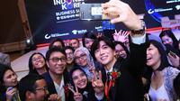 Leeteuk `Super Junior` menyapa fans setia dengan ramah dalam acara 2017 Korea Indonesia Business Summit di jakarta, Selasa (14/3/2017). (Liputan6.com/Herman Zakaria)