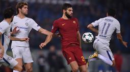 Bek AS Roma, Federico Fazio, berusaha merebut bola dari gelandang Chelsea, Pedro, pada laga Liga Champions di Stadion Olimpico, Roma, Selasa (31/10/2017). Roma menang 3-0 atas Chelsea. (AFP/Filippo Monteforte)