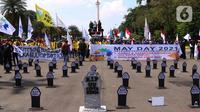 Puluhan nisan berjejer rapi di sekitar area Monas, Jakarta, pada Hari Buruh Internasional, Sabtu (1/5/2021). Nisan hitam itu dihiasi tulisan yang mewakili perasaan para buruh, Antara lain RIP PHK Murah, Bebasnya Outsourcing, RIP Cuti Hamil, RIP Satuan Upah-Perjam. (Liputan6.com/Angga Yuniar)