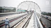 Suasana proyek pembangunan Light Rail Transit (LRT) Jabodebek di Stasiun LRT TMII, Jakarta, Senin (14/1). Stasiun LRT TMII yang dibangun dua lantai ditargetkan selesai akhir April 2019. (Liputan6.com/Faizal Fanani)