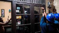 Petugas PLN melakukan pengecekan instalasi jaringan listrik di permukiman padat penduduk kawasan Tambora, Jakarta, Kamis (22/8/2019). Kegiatan tersebut dilakukan sebagai bentuk kepedulian PLN dalam mengajak warga untuk memperhatikan instalasi kelistrikan yang aman. (Liputan6.com/Faizal Fanani)