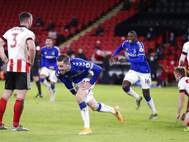 Pemain Everton, Gylfi Sigurdsson, melakukan selebrasi usai mencetak gol ke gawang Sheffield United pada laga Liga Inggris di Stadion Bramall Lane, Sabtu (26/12/2020). Everton menang dengan skor 1-0. (Alex Pantling/Pool via AP)