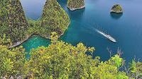 Kepulauan Wayag, Raja Ampat, Papua. | via: wowshack.com
