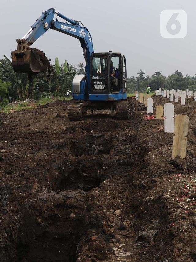 Alat berat menyiapkan makam jenazah dengan protokol Covid-19 di TPU Srengseng Sawah Dua, Jakarta, Kamis (18/3/2021). Dinkes DKI Jakarta mencatat penambahan kasus kematian akibat Covid-19 pada Maret 2021 berada diatas 40 atau meningkat dari 1,6 menjadi 1,7 persen. (Liputan6.com/Helmi Fithriansyah)