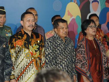 Wakil Presiden Jusuf Kalla (tengah) saat menghadirI peringatan hari Hak Asasi Manusia (HAM) internasional 2018 di kantor Komnas HAM, Jakarta, Selasa (11/12). Kedatangannya JK untuk mewakili Presiden Jokowi yang batal hadir. (Liputan6.com/Angga Yuniar)