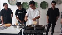 Putra Presiden Jokowi, Gibran Rakabuming Raka sedang membuat martabak di gerai Markobar, Pondok Indah, Jakarta Selatan (Liputan6.com/Ady Anugrahadi)