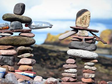 Salah satu wujud batu bertumpuk atau rock balancing dalam European Stone Stacking Championships 2018 di Dunbar, Skotlandia, Minggu (22/4). Kejuaraan batu bertumpuk ini merupakan yang terbesar di Eropa. (ANDY BUCHANAN/AFP)