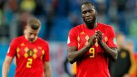 Penyerang timnas Belgia Romelu Lukaku menahan kesedihan sambil bertepuk tangan ke arah suporter setelah kalah dari Prancis pada babak semifinal Piala Dunia 2018 di Stadion St. Petersburg, Selasa (10/7). Belgia tumbang 0-1 dari Prancis. (AP/Frank Augstein)