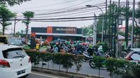 Sejumlah restoran McDonald's di Tangerang dikerumuni atau dipadati ratusan sopir ojek online (ojol). Pasalnya hari ini para pecinta boy band asal Korea Selatan, BTS tengah memburu menu BTS Meal.
