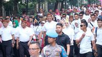 Gubernur Jawa Barat Ridwan Kamil, Pangdam III Siliwangi Mayjen TNI Nugroho Budi Wiryanto, dan Kapolda Jawa Barat Irjen Rudy Sufahriadi mengikuti gerak jalan sehat keluarga, Minggu (8/12/2019). (Istimewa)