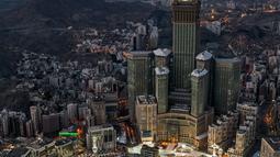Pandangan dari udara menunjukkan suasana Masjidil Haram di Kota Suci Mekkah, Arab Saudi, 24 Mei 2020. Masjidil Haram dibangun mengelilingi Kakbah yang menjadi arah kiblat bagi umat Islam dalam mengerjakan ibadah salat. (AFP)