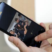 Pengunjung mencoba iPhone XR saat peluncuran produk baru Apple di Apple Headquarters, Cupertino, California (12/9). iPhone XR dapat dipesan per 19 Oktober di beberapa negara dan mulai tersedia pada 26 Oktober 2018. (AP Photo/Marcio Jose Sanchez)