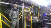 Petugas transjakarta tetap bertugas saat lebaran. (Liputan6.com/Ahmad Romadoni)