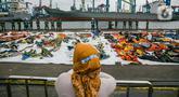 Serpihan pesawat Sriwijaya Air SJ 182 dikumpulkan di JICT II Tanjung Priok, Jakarta, Senin (18/1/2021). Kepala Basarnas Marsyda (Purn) Bagus Puruhitno menyatakan, operasi SAR gabungan pencarian dan pengevakuasian Sriwijaya Air SJ 182 diperpanjang tiga hari. (Liputan6.com/Faizal Fanani)