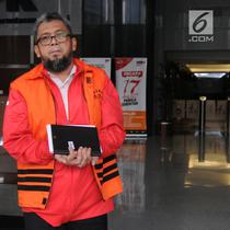Mantan Anggota DPRD Sumatera Utara, Ferry Suando Tanuray Kaban usai menjalani pemeriksaan di Gedung KPK, Jakarta, Selasa (19/2). Ferry diperiksa sebagai tersangka kasus suap yang menjerat mantan Gubernur Sumut Gatot Pujo Nugroho (Merdeka.com/Dwi Narwoko)