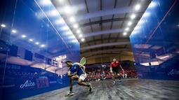 Atlet squash India, Saurav Ghosal, berusaha membalikan bola saat melawan Indonesia pada Asian Games XVIII di Lapangan Squash Senayan, Jakarta, Senin (27/8/2018). (Bola.com/Vitalis Yogi Trisna)