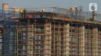 Pekerja menyelesaikan proyek pembangunan jalan Tol Cibitung-Cilincing, Jakarta, Selasa (30/6/2020). Progres ruas Cibitung—Cilincing seksi 1-3 sudah mencapai lebih dari 80 persen dan seksi 4 sudah mencapai 37 persen. (merdeka.com/Imam Buhori)