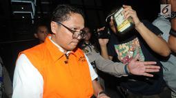 Kadis Kelautan dan Perikanan Kepri Edy Sofyan dikawal petugas usai menjalani pemeriksaan 1 x 24 jam di Gedung KPK, Jakarta, Jumat dini hari (12/7/2019). Edy Sofyan resmi ditahan KPK bersama Gubernur Kepri Nurdin Basirun dengan barang bukti uang senilai Rp666.812.189,56. (merdeka.com/Dwi Narwoko)