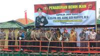 Kapolda Jawa Barat menebar 1 juta bibit bandeng di Pantai Karangsong, Kabupaten Indramayu. (Liputan6.com/Humas Polda Jabar)