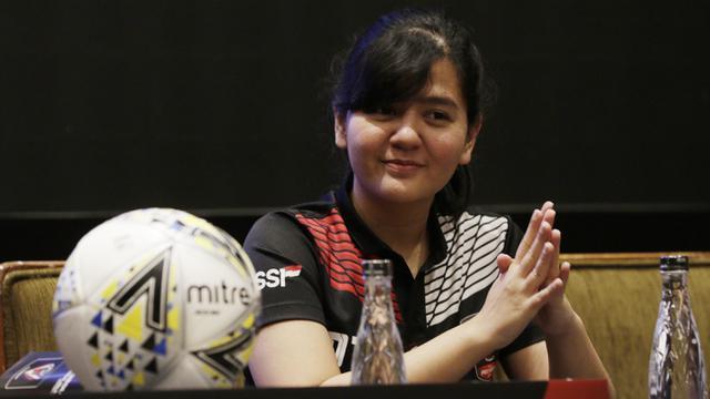 Sekjen PSSI, Ratu Tisha, tersenyum saat pengundian Piala Presiden 2019. (Bola.com/M. Iqbal Ichsan)