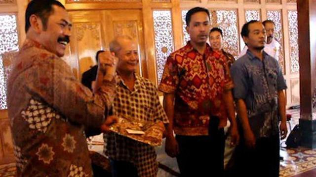 Puluhan penarik becak untuk pernikahan Kahiyang Ayu dan Bobby Nasution diberikan seragam batik oleh Wali Kota Solo.