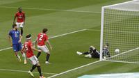 Pemain Chelsea Olivier Giroud (kiri) mencetak gol ke gawang Chelsea pada semifinal Piala FA di Wembley Stadium, London, Inggris, Minggu (19/7/2020). Chelsea sukses mengamankan tiket final Piala FA usai mengalahkan Manchester United 3-1. (AP Photo/Alastair Grant, Pool)