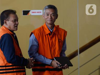 Mantan Komisioner KPU Wahyu Setiawan (kanan) dan Direktur Utama PT Rudi Jaya Ibnu Ghofur penyuap Bupati Sidoarjo Saiful Ilah bersiap menjalani pemeriksaan lanjutan di Gedung KPK,  Jakarta, Rabu (12/2/2020). Wahyu diperiksa terkait dugaan suap pengurusan PAW anggota DPR. (merdeka.com/Dwi Narwoko)
