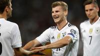 Penyerang Jerman, Timo Werner melakukan selebrasi usai mencetak gol ke gawang Norwegia pada grup C Kualifikasi Piala Dunia 2018 di Stuttgart, Jerman,(4/9). Jerman menang telak atas Norwegia 6-0. (AP Photo/Matthias Schrader)