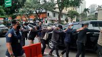 Sebanyak 11 simpatisan Rizieq Shihab digelandang ke Polda Metro Jaya, Senin (30/8/2021).(Liputan6.com/ Ady Anugrahadi)