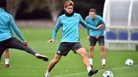 Bek Chelsea, Marcos Alonso berusaha merebut bola saat mengikuti sesi latihan di London, Inggris (17/10). Chelsea akan bertanding melawan wakil Italia, AS Roma pada grup C Liga Champions. (AFP Photo/Glyn Kirk)