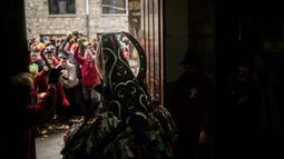 Orang-orang melempari seorang pria berkostum ala setan dengan sayuran lobak selama Festival Jarramplas di kota Piornal, Spanyol, Sabtu (19/1). Jarramplas memakai kostum dari kain warna-warni dilengkapi topeng bertanduk dan hidung panjang (AP/Javier Fergo)