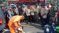 Kapolda Jabar Irjen Pol Agung Budi Maryoto mengecek kesiapan petugas menghadapi penanggulangan bencana. (Huyogo Simbolon)