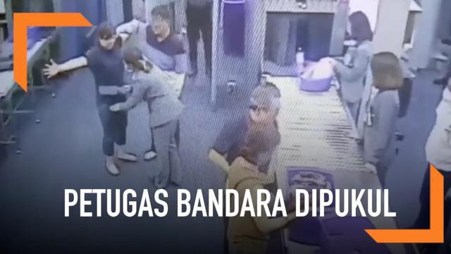 Seorang wanita memukul petugas  keamanan bandara Suvarnabhumi, Bangkok. Ia dinyatakan bersalah dan didenda 2000 THB atau senilai 890 ribu rupiah.
