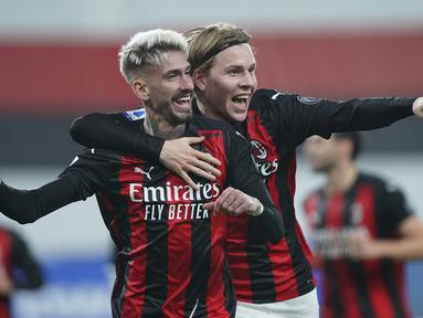Striker AC Milan, Samuel Castillejo (kiri), melakukan selebrasi bersama Jens Petter Hauge usai mencetak gol kedua AC Milan ke gawang Sampdoria dalam laga lanjutan Liga Italia 2020/21 pekan ke-10 di Luigi Ferraris Stadium, Minggu (6/12/2020). AC Milan menang 2-1 atas Sampdoria.(LaPresse via AP/Spada)