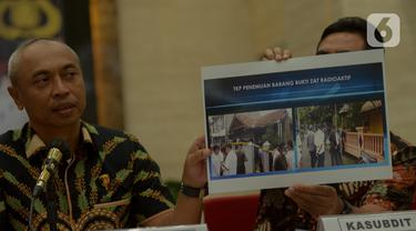 Dirtipidter Bareskrim Polri Brigjen Agung Budijono menunjukkan lembar cetakan barang bukti terkait kasus Tindak Pidana Ketenaganukliran di Jakarta, Jumat (13/3/2020). Satu karyawan Batan berinisial SM ditetapkan sebagai tersangka kasus zat radioaktif di Tangerang Selatan. (merdeka.com/Imam Buhori)