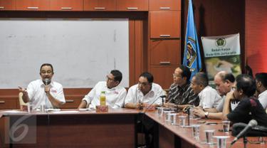 Cagub dan Cawagub DKI Anies-Sandiaga berdiskusi dengan PWI di Gedung Dewan Pers, Jakarta, Jumat (24/3). Anies menyampaikan harapannya agar PWI ikut mengawal proses Pilkada putaran kedua pada 19 April mendatang. (Liputan6.com/Yoppy Renato)