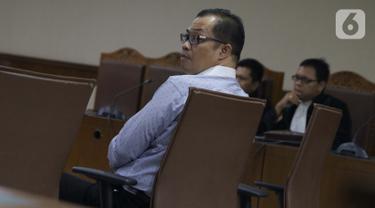 Terpidana kasus suap Pilkada, Muchtar Effendi saat menjalani sidang pembacaan dakwaan di Pengadilan Tipikor, Jakarta, Senin (7/10/2019). Muchtar Effendi didakwa dalam kasus pencucian uang yang melibatkan mantan Ketua Mahkamah Konstitusi M Akil Mochtar. (Liputan6.com/Helmi Fithriansyah)