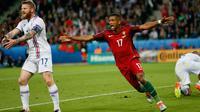 Gelandang Portugal, Nani melakukan selebrasi usai mencetak gol kegawang Islandia pada laga Grup F Piala Eropa di Stade Geoffroy-Guichard, Prancis, Selasa (14/6). Islandia berhasil tahan imbang Portugal 1-1. (REUTERS/Robert Pratta)