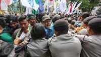 Massa yang tergabung dalam BEM Se-Jabodetabek terlibat bentrok dengan polisi di depan Istana Negara, Kamis (12/1). Mereka mengecam keras pemerintah dan jajarannya yang saling cuci tangan dengan kebijakan yang dibuatnya. (Liputan6.com/Faizal Fanani)