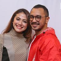 Vokalis Nidji, Giring Ganesha bersama sang istri, Cynthia Riza, di Kantor DPP PSI, Jakarta Pusat, Rabu (6/9). (Liputan6.com/Herman Zakharia)