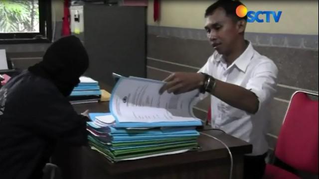 Di Tasikmalaya, Jawa Barat, orang tua siswa, baru mengetahui anaknya telah menjadi korban pelecehan seksual gurunya, setelah menemukan kata-kata cabul, dalam pesan singkat di telepon genggam.